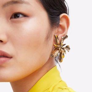 ⚫️ 5/$25 ZARA GOLD TEXTURE FLOWER CLIP ON EARRING